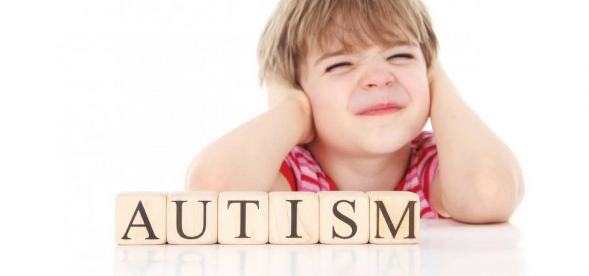 10 نشانه بیماری اوتیسم