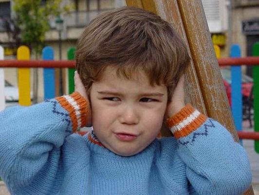 حساسیت به صدا از نشانه های بیماری اوتیسم