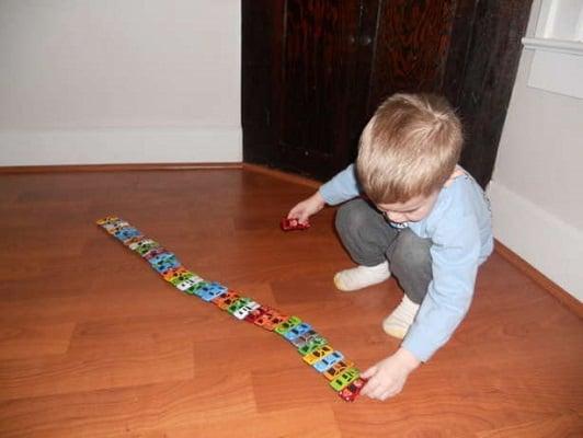 رفتارهای تکراری از نشانه های اوتیسم